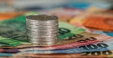 coins 1726618 1920 375x195 - 10 consejos para reducir los costos de mantenimiento